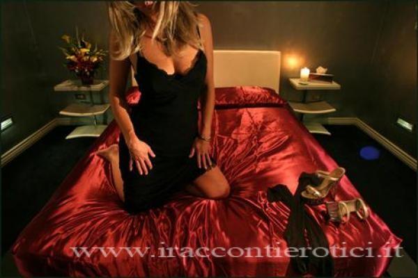 ragazza bionda sensuale sul letto - racconto erotico