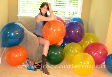 Ragazza sexy tra i palloncini